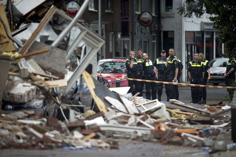 Agenten nemen op de ochtend na het ongeval de schade op in Alphen aan den Rijn.