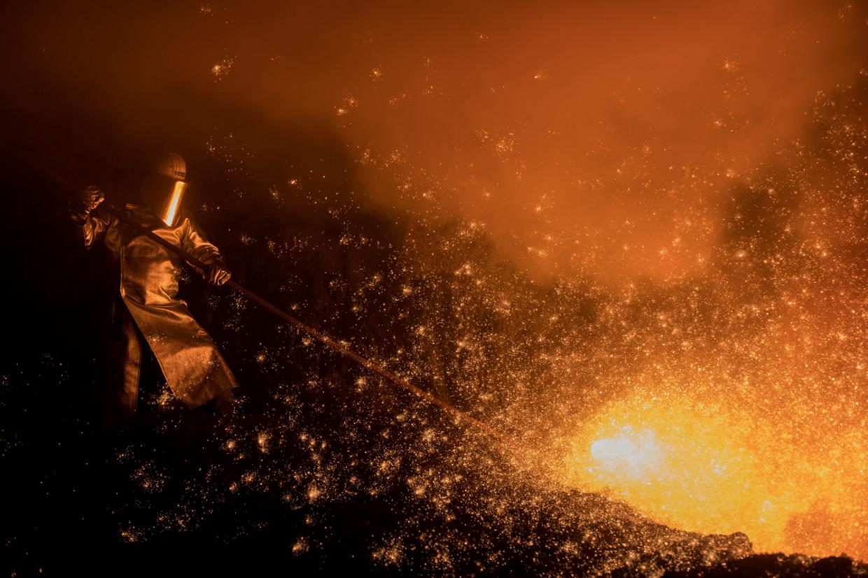 """Een medewerker aan het werk bij de Thyssenkrupp-staalfabriek """"Schwelgern"""" op 10 december 2018 in Duisburg, West-Duitsland."""