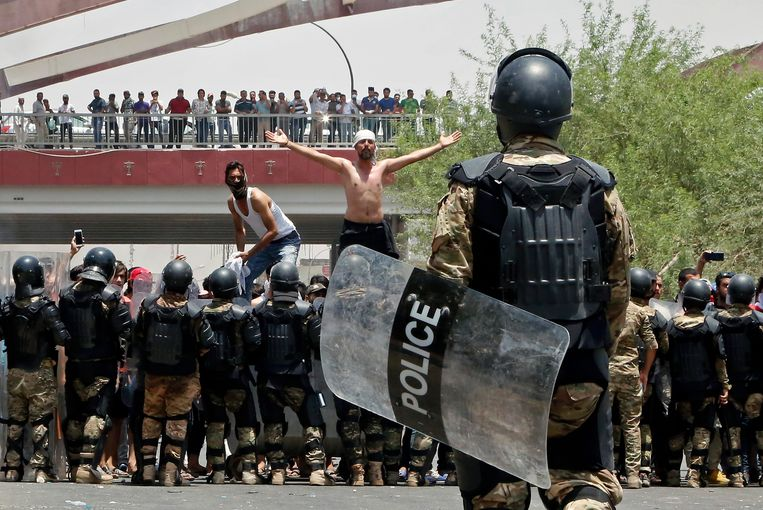 Protest in de stad Basra, afgelopen zondag. Bij rellen in het zuiden van Irak vielen de afgelopen dagen zeker acht doden. Beeld AP