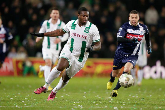 Genero Zeefuik in zijn tijd bij FC Groningen in duel tegen Rochdi Achenteh van PEC Zwolle.