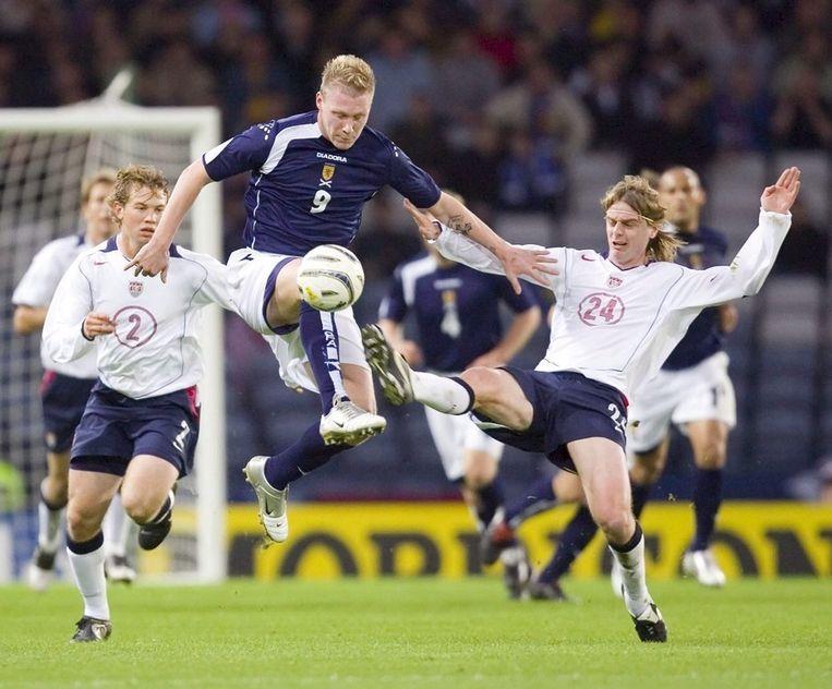 Garry O'Connor (midden in blauw shirt) in actie voor Schotland tegen de VS op een archieffoto uit 2005. © EPA Beeld