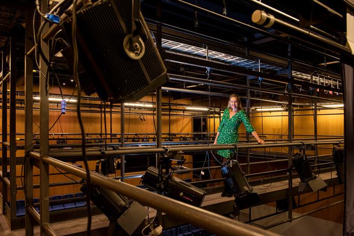 OOSTERHOUT - Directeur Charlotte Louwers in de nok van de zaal van theater de Bussel.