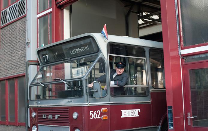 Gerard Cox als Jaap Kooiman achter het stuur van zijn RET-bus
