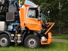 Vrachtwagen in Rhenen total loss na botsing met andere truck