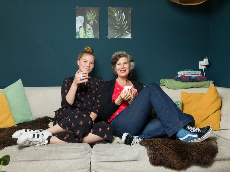 PS van de week, 18 mei 2019 Beeldrepo Friends fans Bloem Hartman (links) en moeder Caroline Buijs Beeld Ivo van der Bent
