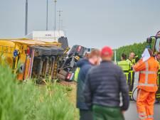 Vrachtwagen met brandbare harsoplossing gekanteld op A16, weg tot 20.00 uur nog dicht