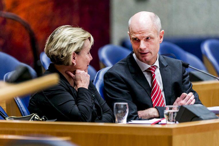 Ank Bijleveld, minister van Defensie, en Stef Blok, minister van Buitenlandse Zaken, tijdens een Tweede Kamerdebat . Beeld ANP
