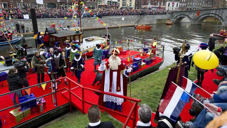 Sinterklaas zet voet aan wal in Roermond. Beeld ANP