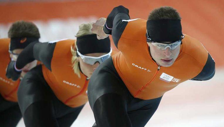 Sven kramer en Koen Verweij tijdens een training op het ijs van Sotsji. Beeld anp