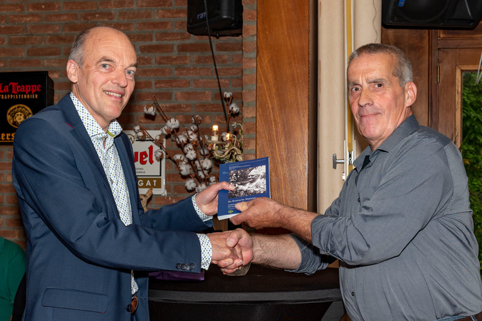 Biograaf Martin van der Waals krijgt het tweede exemplaar krijgt van Anton van Dorp van uitgeverij Het Kwartier van Oisterwijk.