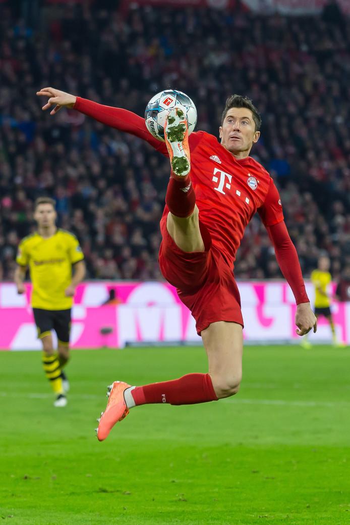 Robert Lewandowski in actie tegen Borussia Dortmund.
