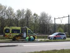 Motorrijder raakt middenberm in Boxtel en valt hard op de weg, moet gewond naar ziekenhuis