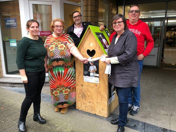 Leen Smets (links) en Astrid Wittebolle (rechts vooraan) met enkele vrijwilligers van Samenlevingsopbouw