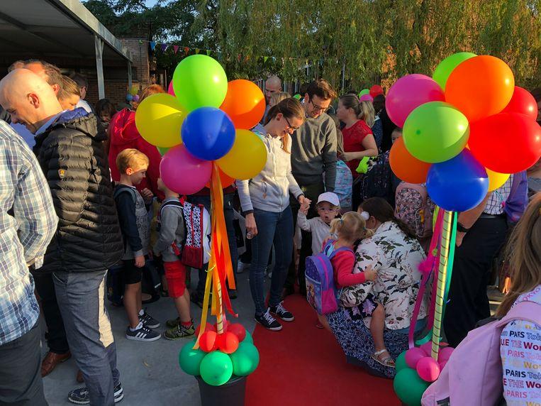 De kleuters stromen toe op de eerste schooldag in kleuterschool De Kameleon