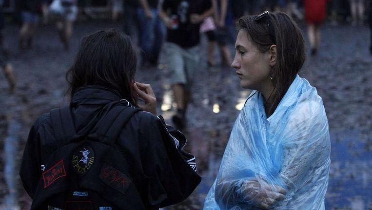 Twee meisjes proberen mobiel te bellen op het festivalterrein van Pukkelpop. Beeld reuters