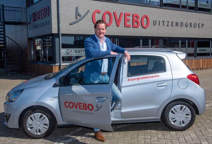 Directeur Henk Buitink van uitzendorganisatie Covebo in Nijkerk bij een van de 50 bedrijfsauto's die nu even niet nodig zijn en daarom gratis worden uitgeleend aan mensen in de zorgsector.