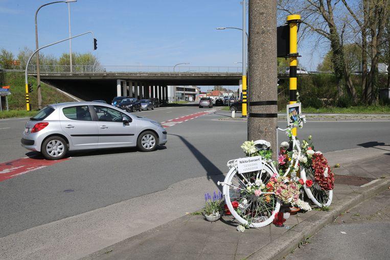 Aan de plek van het ongeval is een herdenkingsplaats voor Nikita ingericht.