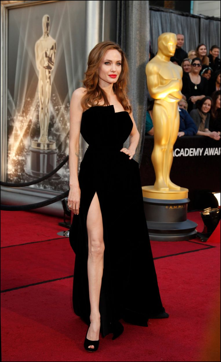 Angelina Jolie in Atelier Versace (2012). The 15 most memorable dresses from the history of the Oscars