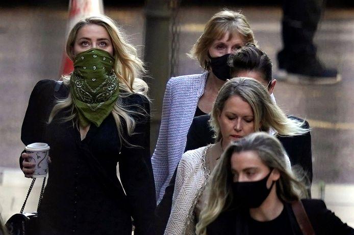 """Amber Heard (met groen sjaaltje), komt aan op de vierde procesdag: """"Ze vond het een fijn idee dat ik het monster was"""", verklaarde haar ex-man."""