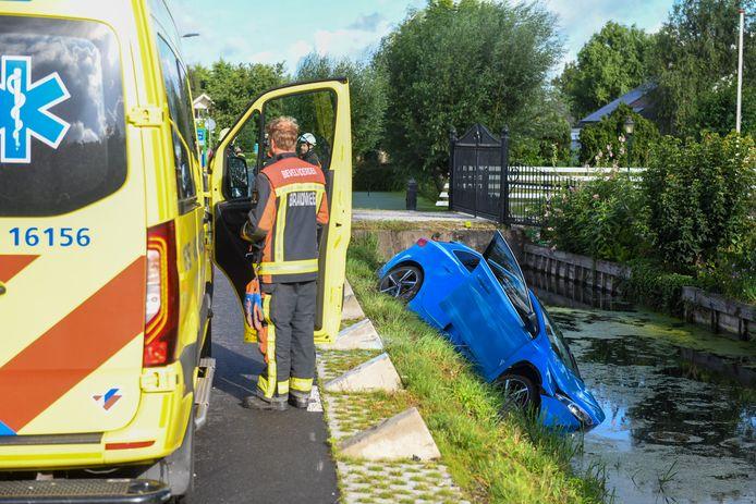 Vorig weekeinde raakte een auto de betonblokken naast het asfalt en belandde in het water
