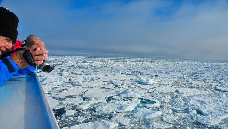 Het zeewater rond Groenland is in dertien jaar tijd 1,5 promille minder zout geworden. Dat hebben onderzoekers uit Denemarken ontdekt.