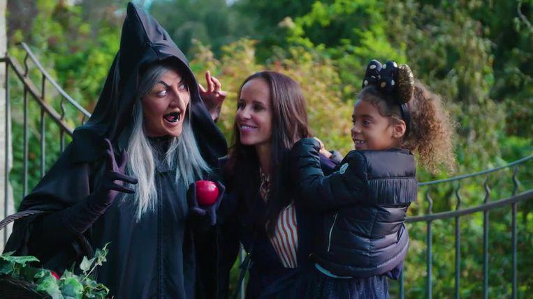 Ann Van Elsen en haar dochter June genieten van 'Halloween' in Disneyland Paris.