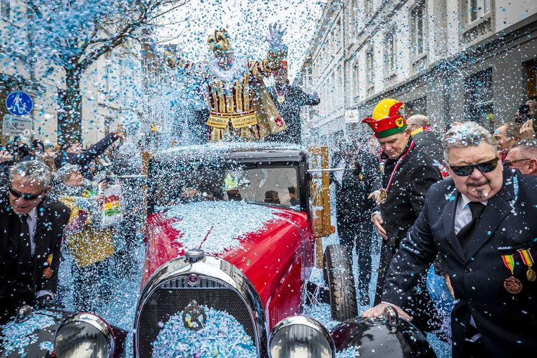Prins carnaval Luc II wordt opgehaald van het station Maastricht en vertrekt ondanks het natte en onstuimige weer in een feestelijke optocht door de stad naar het stadhuis voor de Sleuteloverdracht.  Beeld ANP
