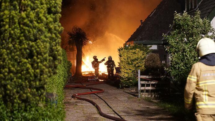 Een grote blokhut bij een woning aan de Weg naar Voorst bij Zutphen is in vlammen opgegaan.