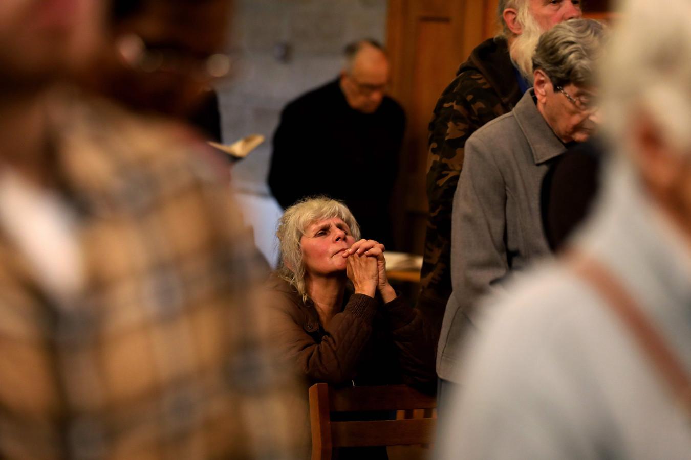 Devotie bij de gelovigen in de Catharinakerk in Bethlehem.