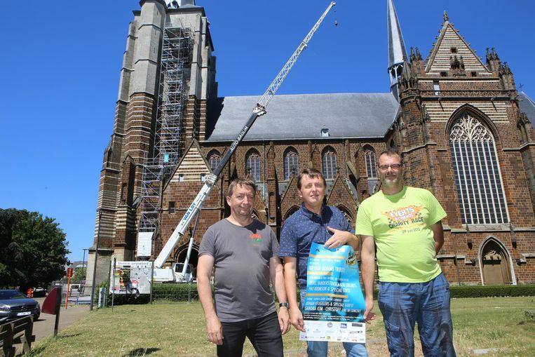 De organisatoren van Fundays voor de kraan bij de Onze-Lieve-Vrouwkerk.