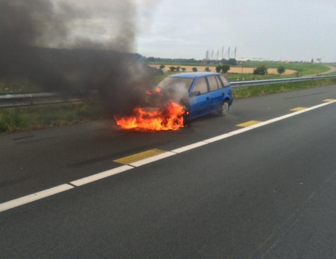 De auto stond aan de voorkant in brand.
