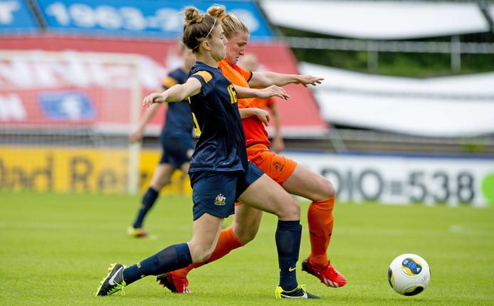 Kirsten van de Ven in duel met Stephanie Catley van Australië tijdens een oefenduel in het Tata Steel Stadion.
