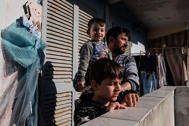 Salvatore Russo en zijn gezin wonen in het beroemde gebouw Le Vele in de beruchte wijk Scampia in Napels. Beeld Giulio Piscitelli
