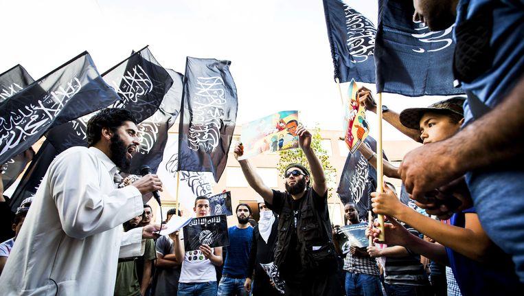 De van ronselen voor de jihad verdachte Abou Moussa, spreekt tijdens een pro IS-demonstratie in de Haagse Schilderswijk. Beeld ANP