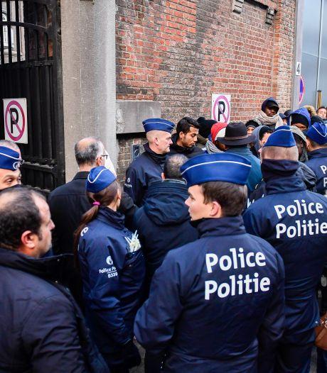 Une longue file de demandeurs d'asile devant le Petit-Château