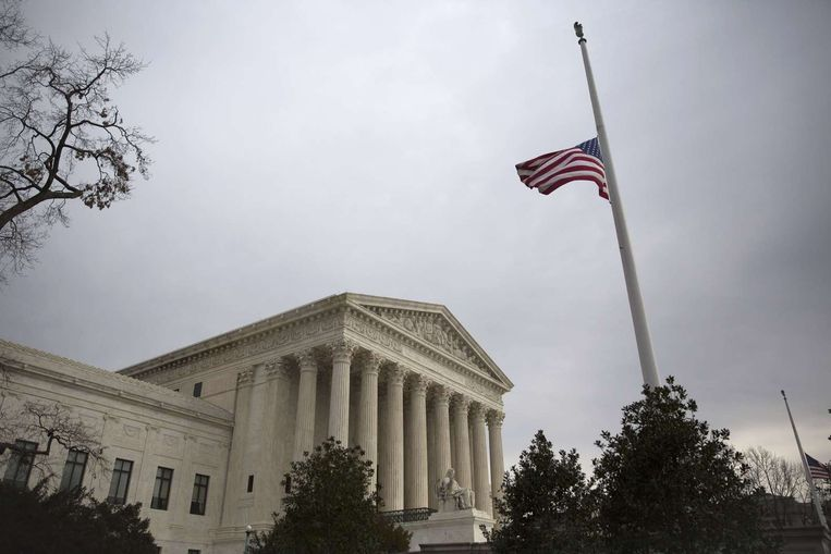 Voor het Amerikaanse Hooggerechtshof hangt de vlag halfstok op de dag van Antonin Scalia's begrafenis. Beeld afp