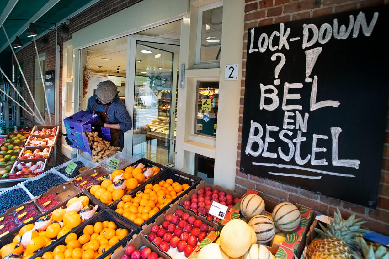 Alexander Sol, eigenaar van groentewinkel Jan Leegwater, vult zijn schappen bij.