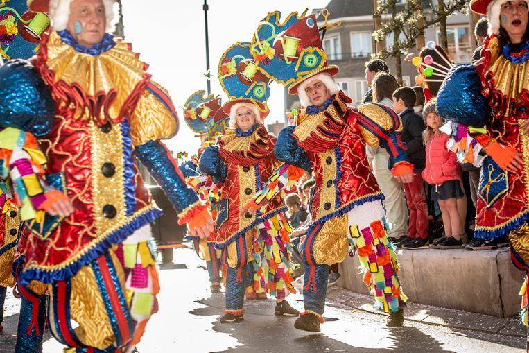 De massa daagde op voor de langste carnavalsstoet ooit.