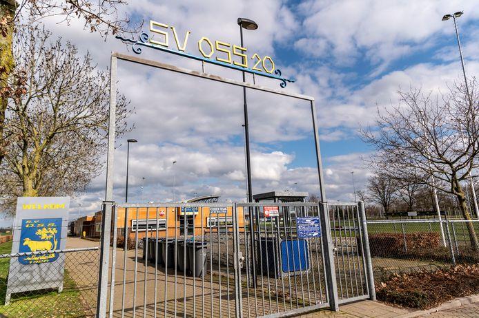 Een leeg sportveld van O.S.S.20 op sportpark De Rusheuvel.