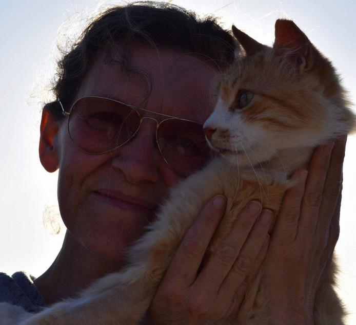 Joan met een van de vele katten.