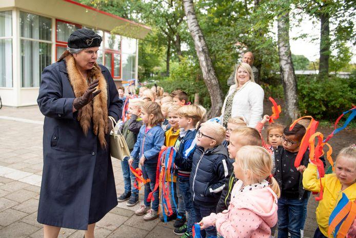 De kinderen van de Prinses Marijkeschool zijn onder de indruk van 'Koningin Wilhelmina'.