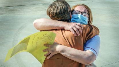 """Geen Covid-19-patiënten meer op intensieve, verpleegster Inge (45) herademt: """"Eindelijk mag ik zus weer knuffelen"""""""