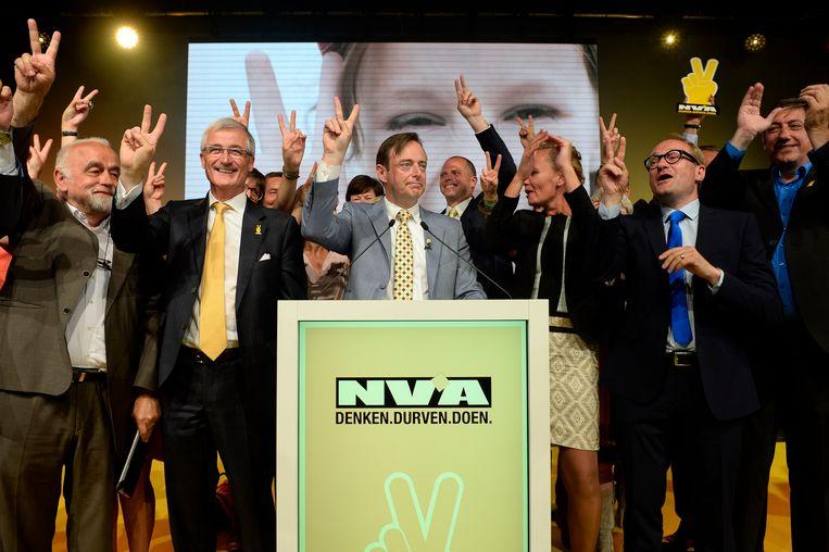 N-VA-voorzitter Bart De Wever samen met vlnr. Jan Peumans, Geert Bourgeois, Liesbeth Homans, Ben Weyts en Jan Jambon.
