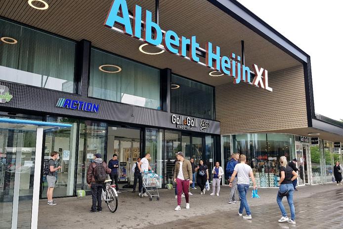 Beveiligers houden plubiek buiten AH XL Tilburg vanwege pinstoring