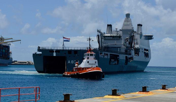 De Zr. Ms. Karel Doorman bij aankomst in de haven van Philipsburg op Sint Maarten, op 24 april.