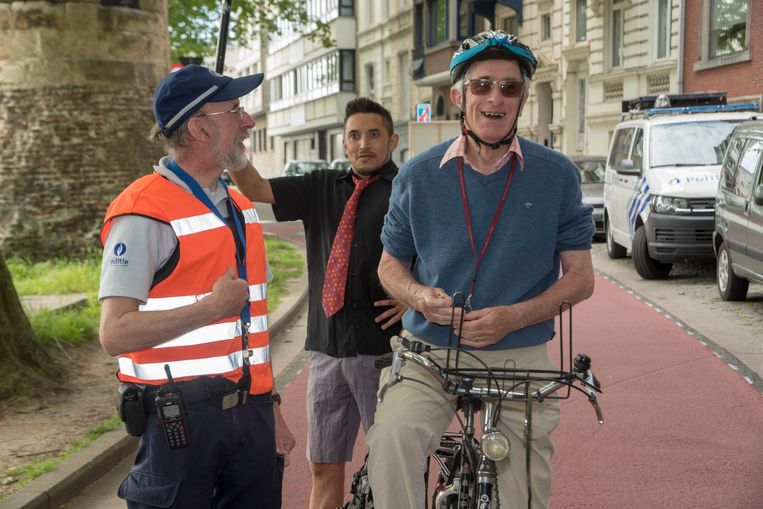 Agent Johan deelt balpen en info uit aan fietser Jan in de nieuwe fietsstraat