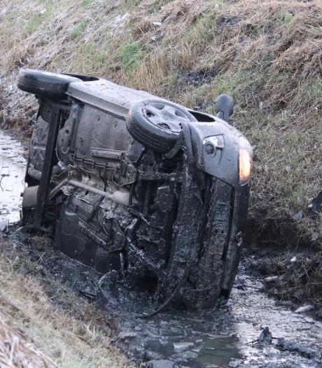 Auto in de sloot bij 's-Heer Abtskerke, bestuurder gewond