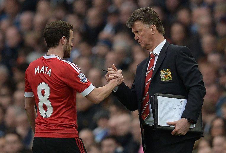 Van Gaal dankt zijn speler Juan Mata als hij hem zondag in de wedstrijd tegen plaatsgenoot City van het veld haalt. Beeld AFP