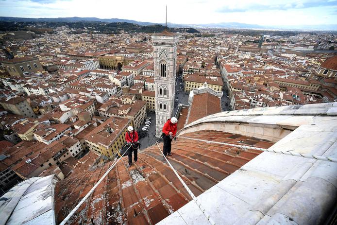 Twee Alpinisten inspecteren de koepel van de Santa Maria del Fiore Kathedraal in Florence, Italië. Foto: Opera del Duomo Firenze