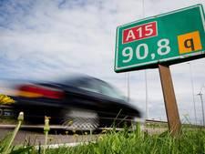 Trucker pauzeert midden op de A15 'omdat hij zijn rust moet pakken'